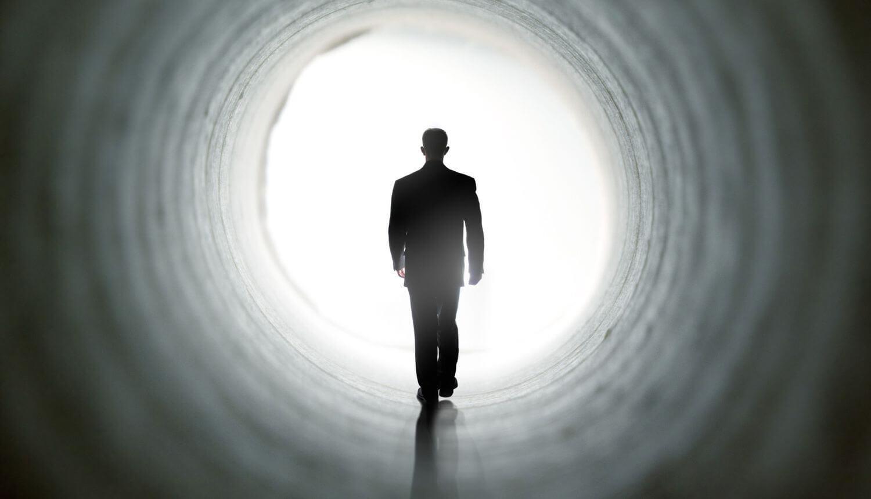 Мужчина в тоннеле