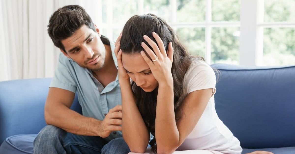 Муж утешает жену