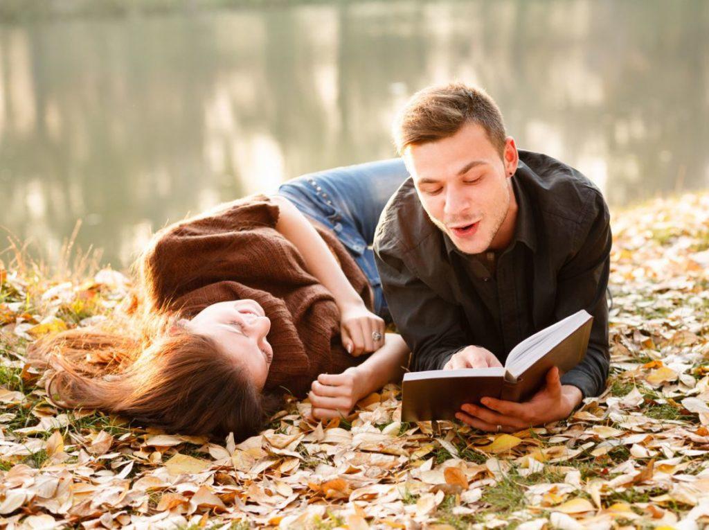 Мужчина читает женщине стихи