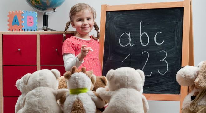 Ребенок играет в учителя