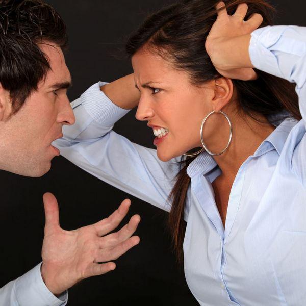 Ссора женщины с большими круглыми серьгами