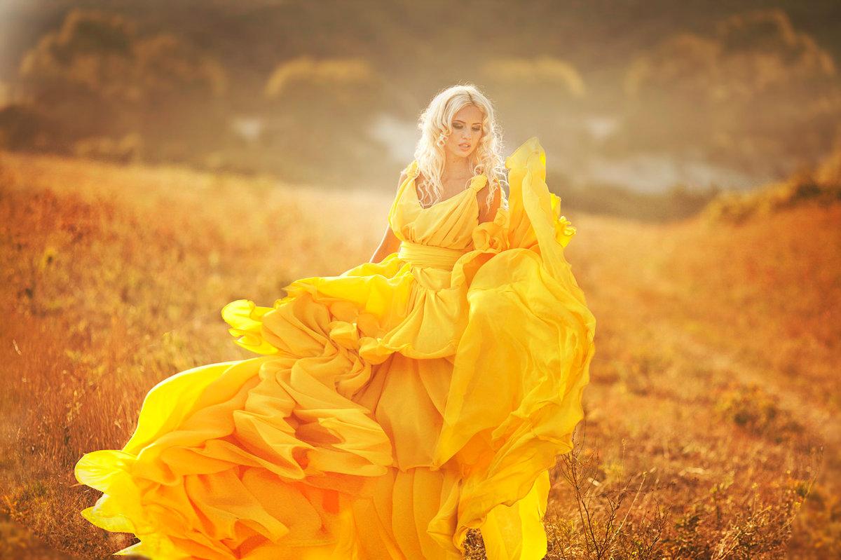 Мужчины доверяют женщинам в желтом