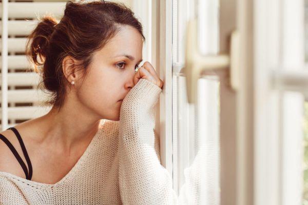 Девушка страдает от низкой самооценки