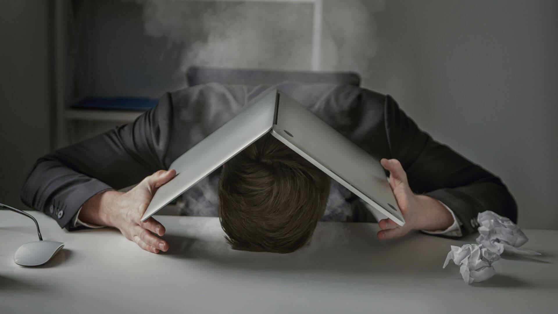 Мужчина на работе в состоянии стресса