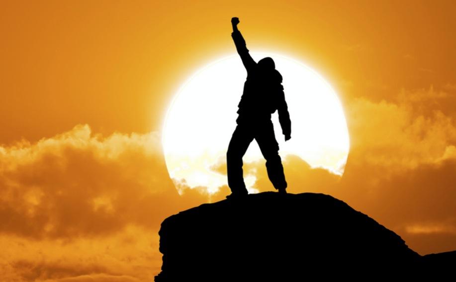 Уверенный в себе мужчина на вершине горы
