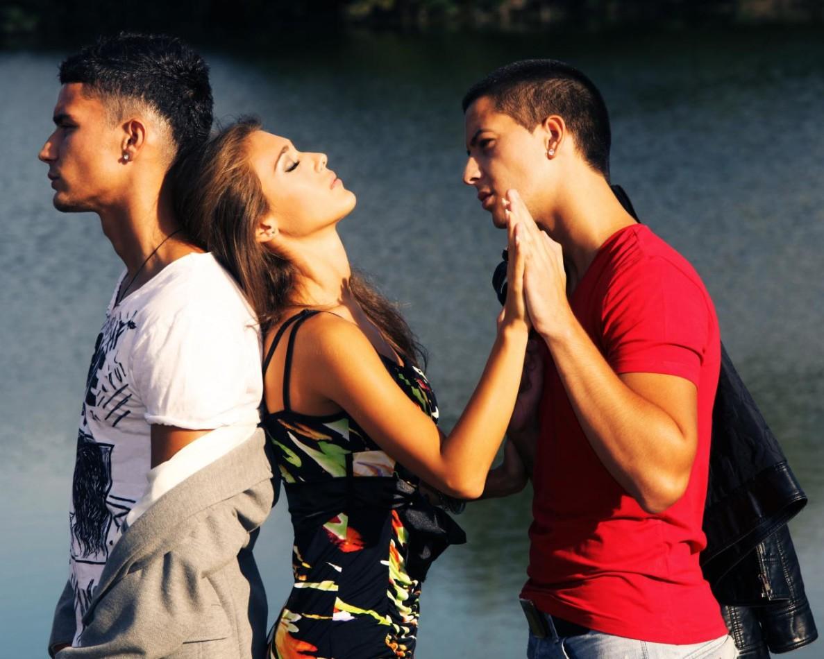 Психологи рекомендуют не замалчивать семейные проблемы, а активно обсуждать их по мере появления