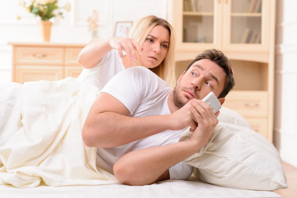 Слежка – признак патологической ревности