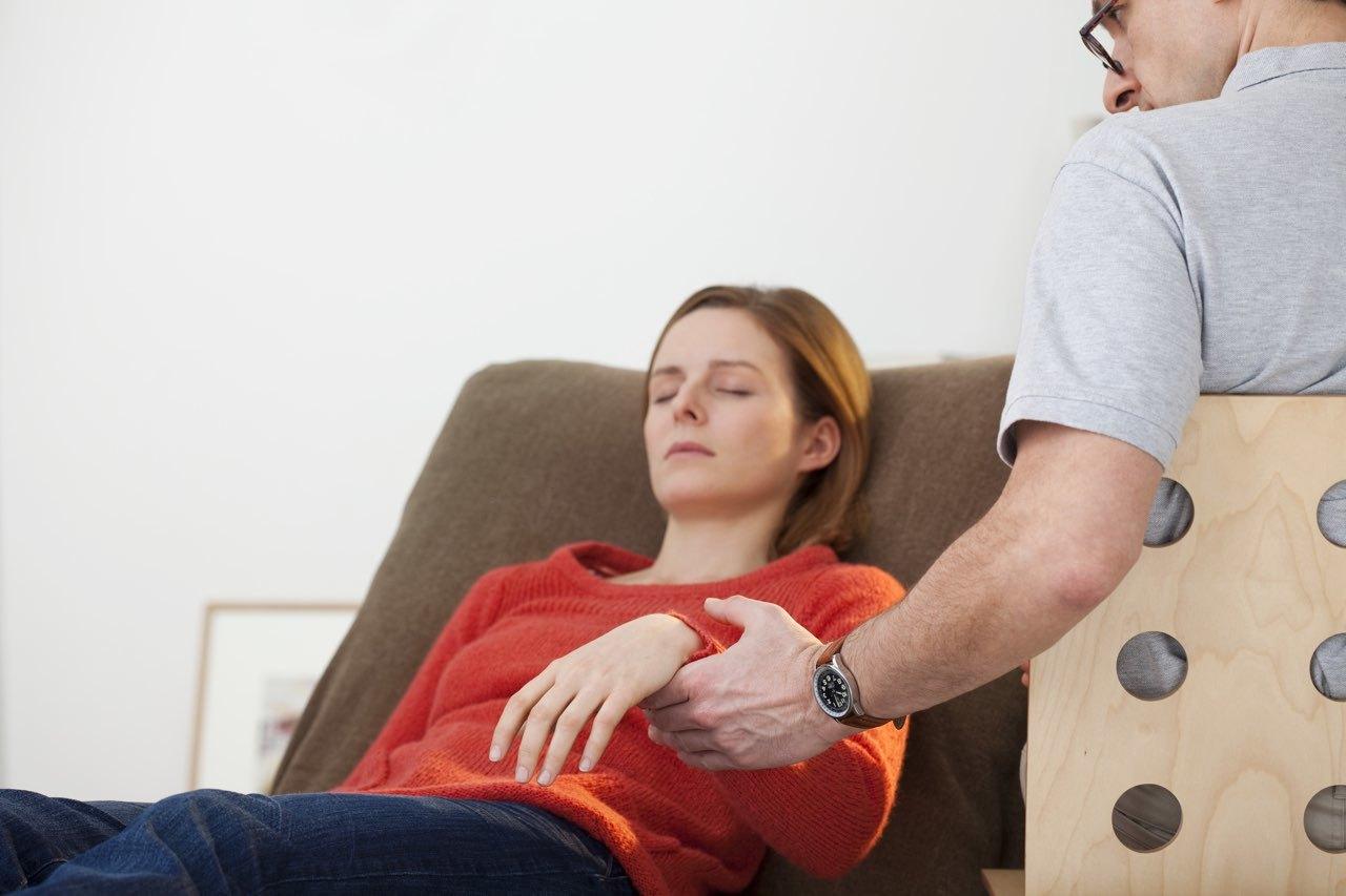 Незаметное касание гипнолога к пациенту может ввести его в состояние транса