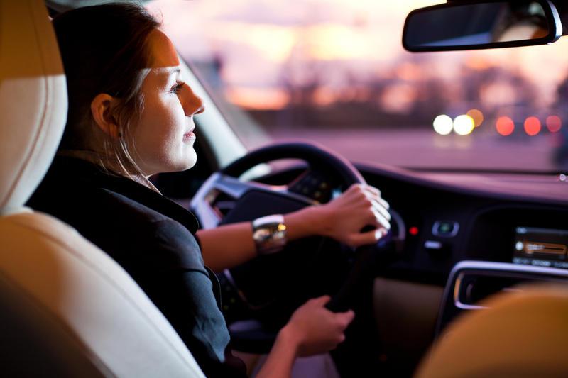 Женщина в черном за рулем