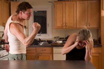 Муж тиран устанавливает свое главенство в семье при помощи насилия