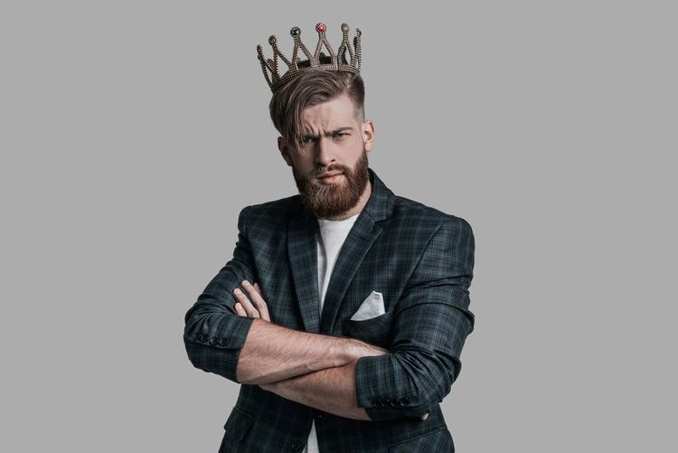 Мужчина – нарцисс, с короной на голове и скрещенными на груди руками