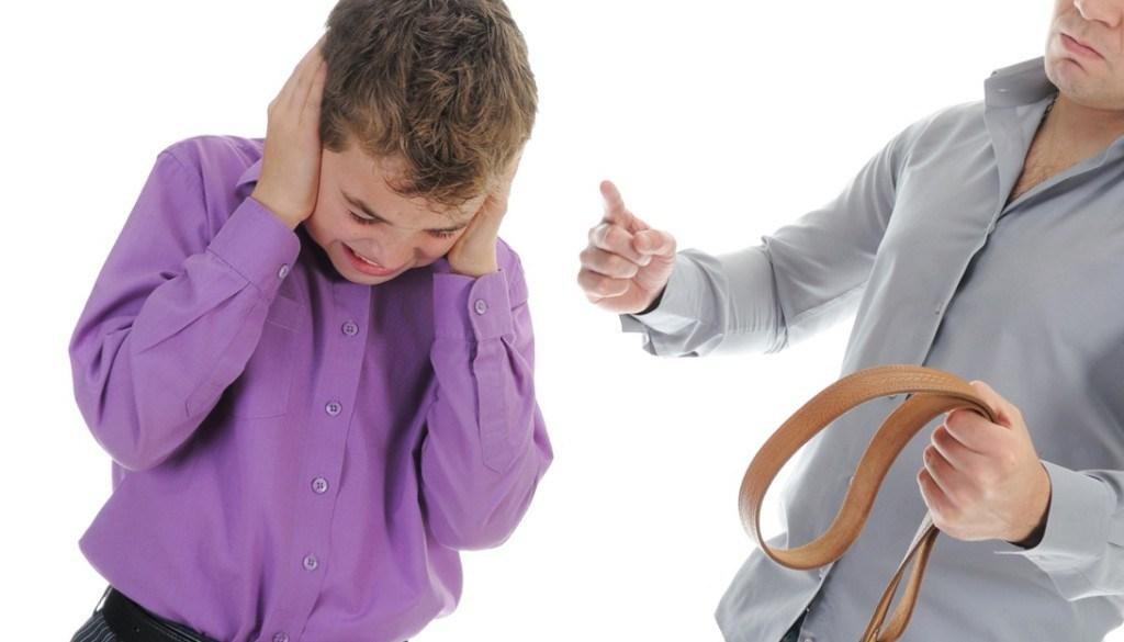 Отцы тираны часто издеваются над своими детьми, калеча их не только физически, но и психически
