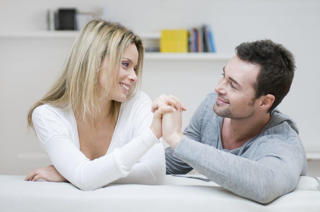 Мужчина и женщина смотрят друг на друга, ставят общие цели