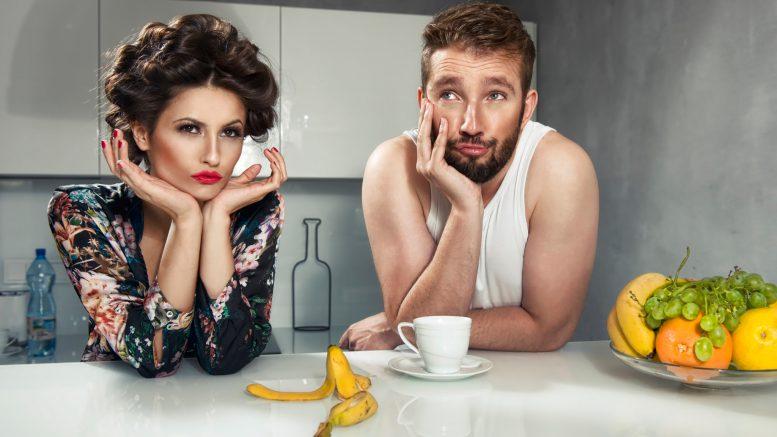 Безработный муж и жена сидят за столом
