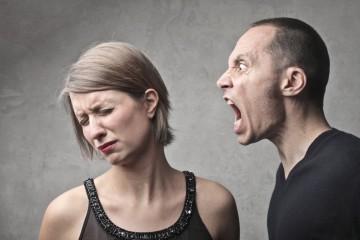 Мужчина унижает женщину