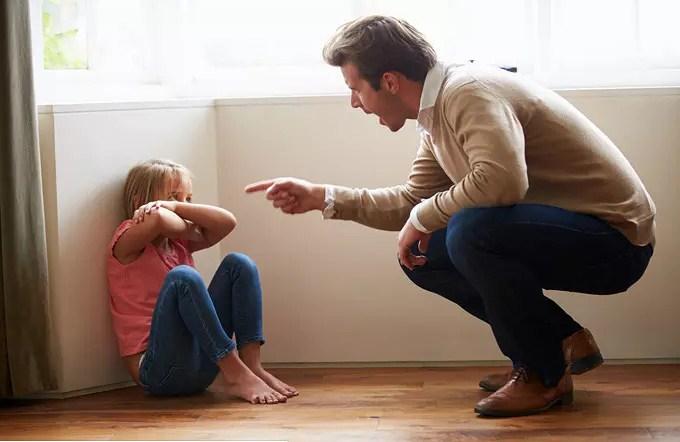Физическое и психологическое насилие над ребенком со стороны родителей может привести в будущем к патологическому недоверию в любых близких отношениях