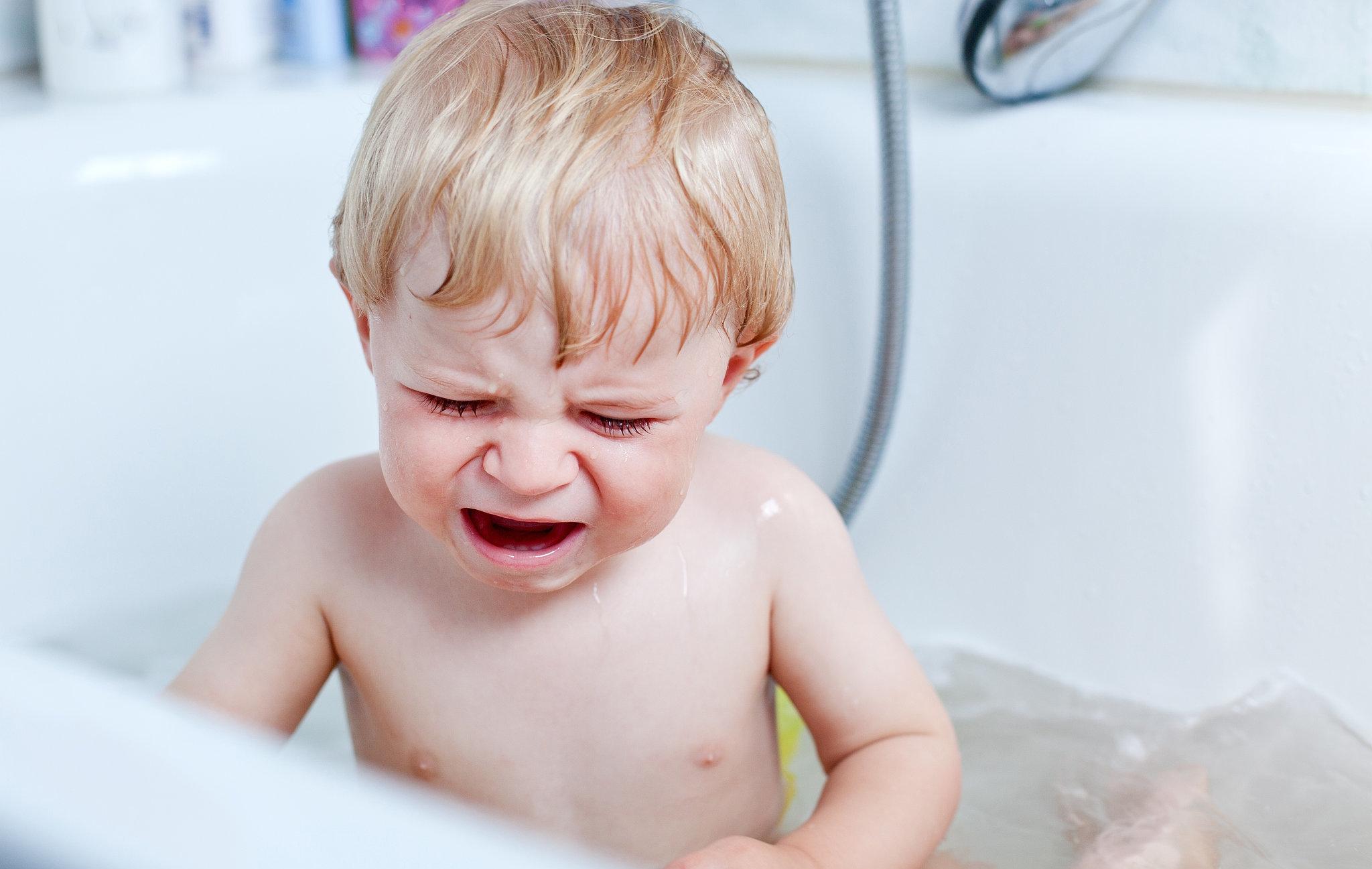 Самый первый симптом у малышей – плач и нежелание находиться в ванной