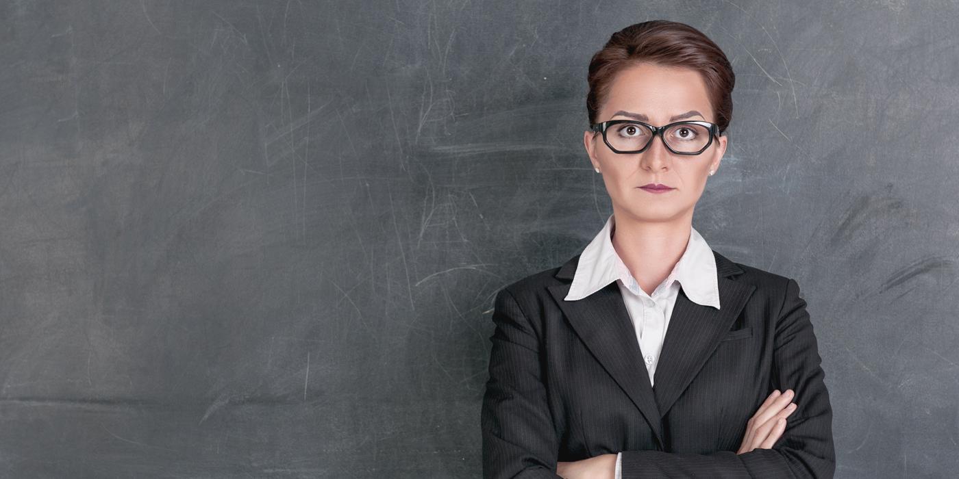 Строгий учитель у доски
