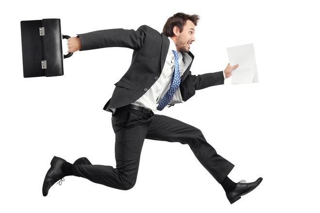 Мотивированный человек бежит на работу