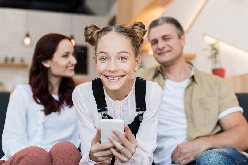 Счастливый подросток и родители