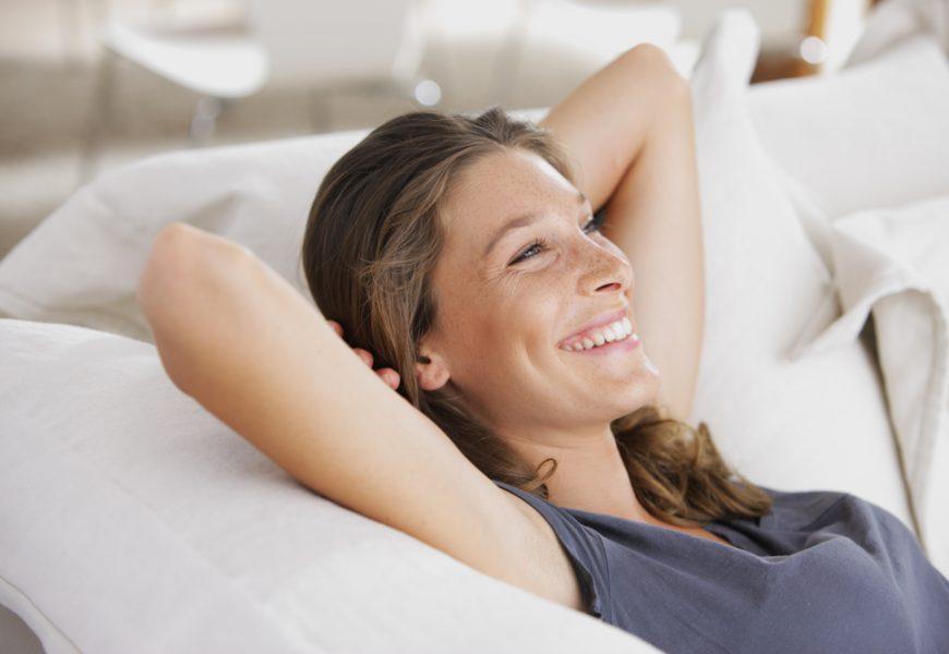 Счастливая женщина, не думающая о прошлом