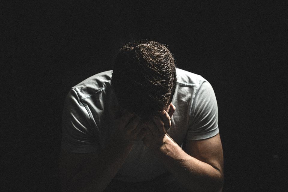Страдающий от переживаний мужчина
