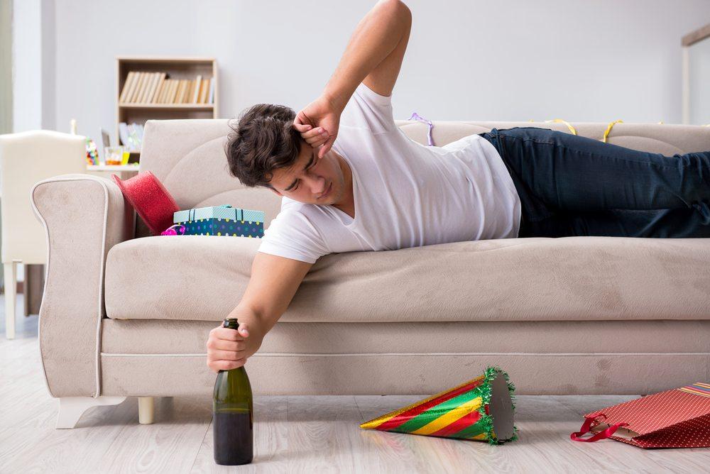Похмелье и опьянение не всегда проходят сами по себе, при длительных запоях требуется помощь специалиста