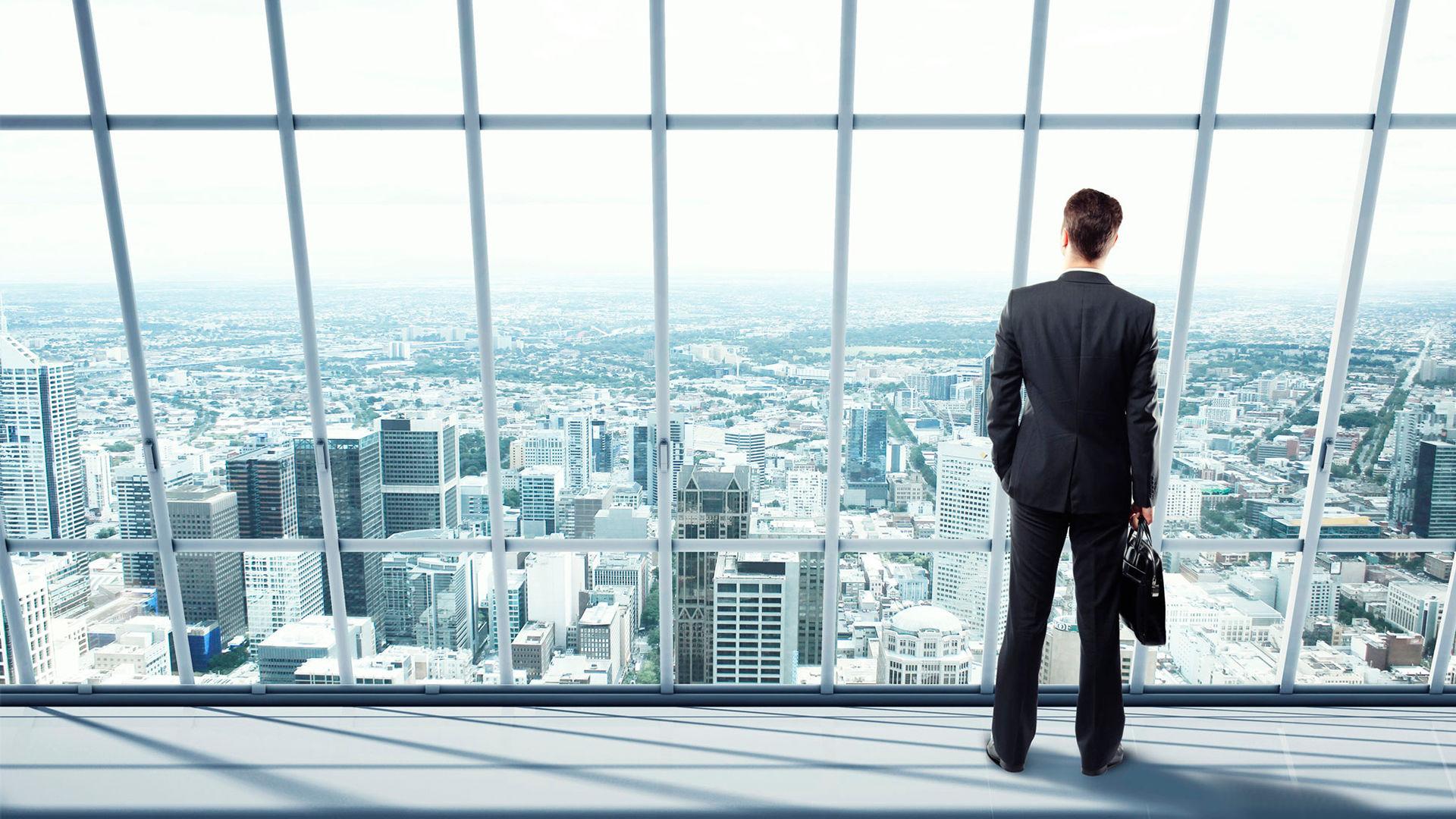Мужчина стоит возле окна