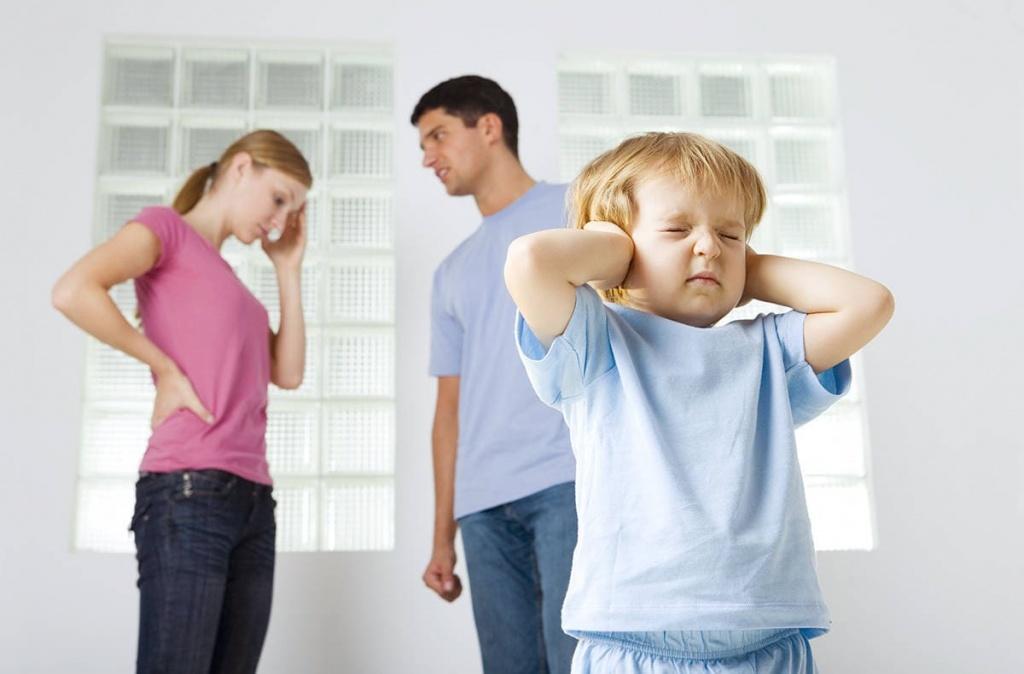 Взрослые своим поведением часто провоцируют появление страхов у детей