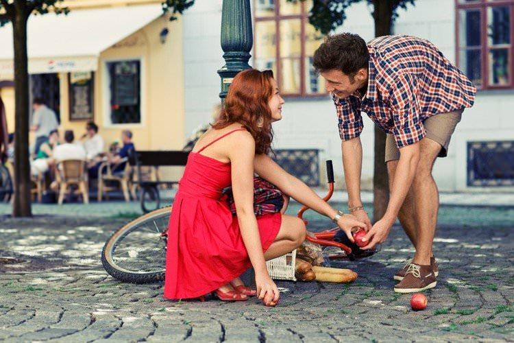 Девушка с красным платьем и велосипедом