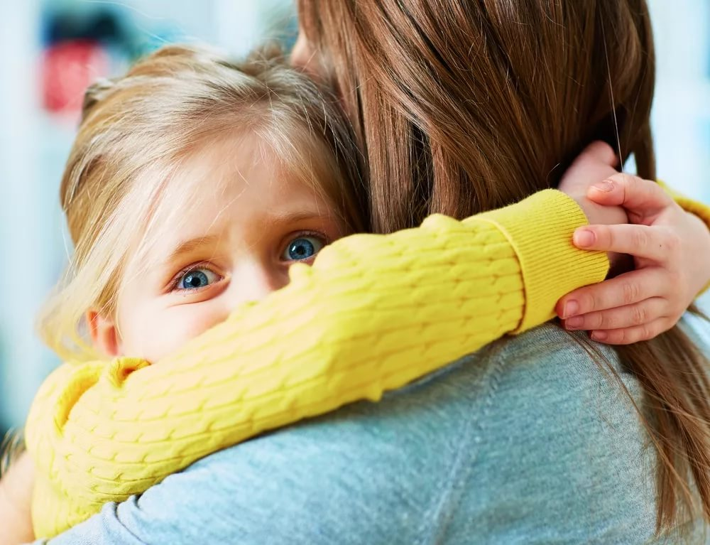 Признаки страха ярко выражаются в изменившемся поведении детей