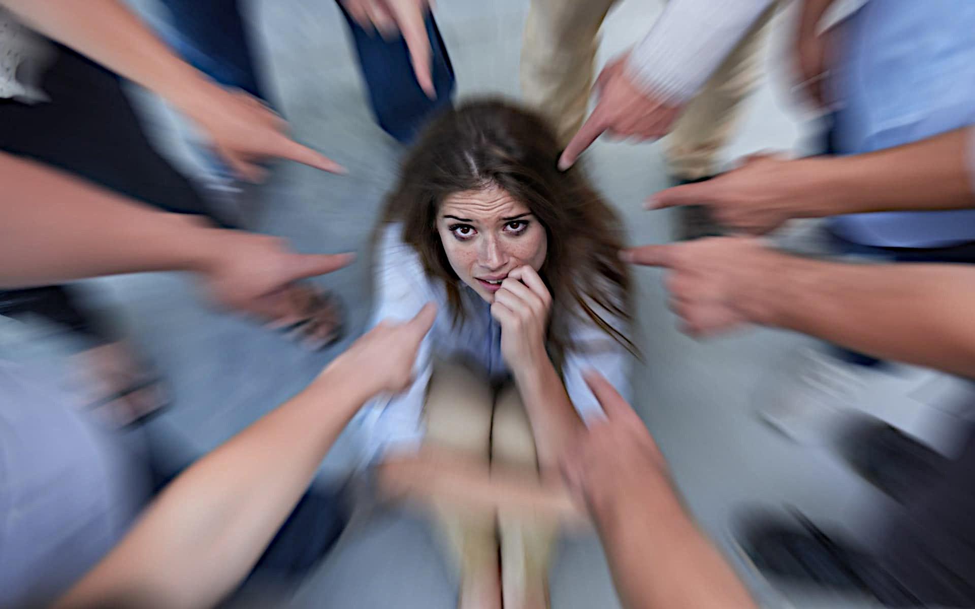 Расстройство часто диагностируется у женщин, которые выросли в неблагополучных семьях