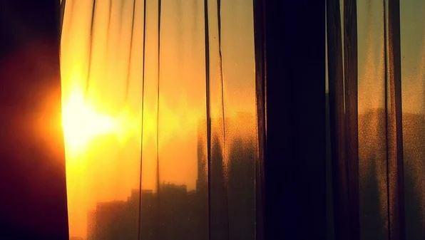 При тяжелых случаях светобоязни люди боятся выходить из дома на солнце