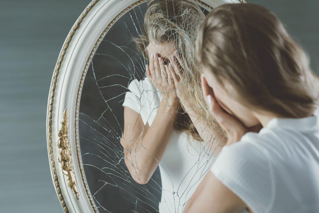 В тяжелых случаях появляются неконтролируемые приступы паники