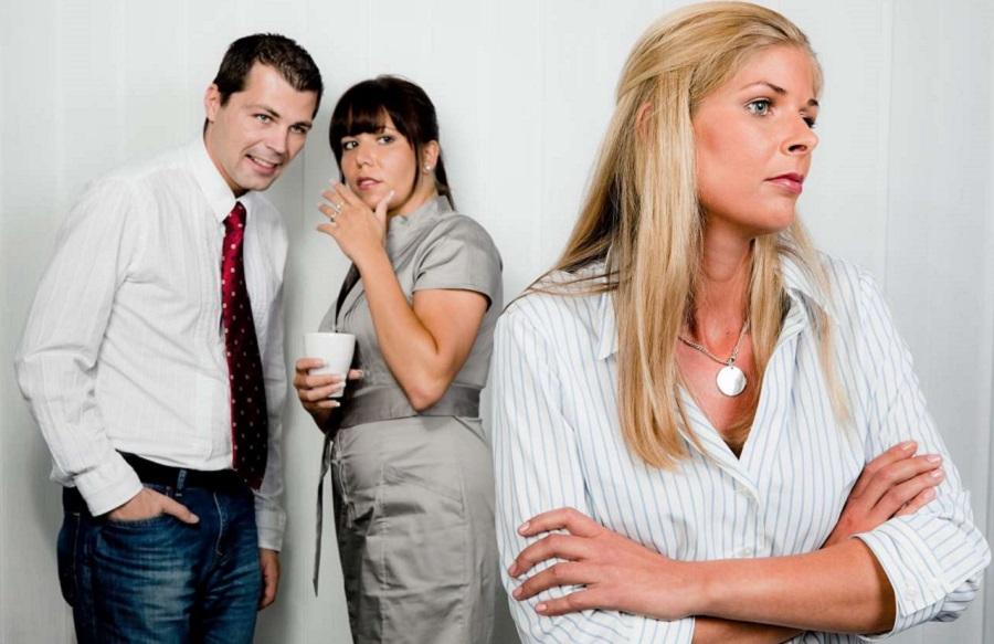 Боязнь работы может вызываться социальными причинами, трудностями общения с коллегами