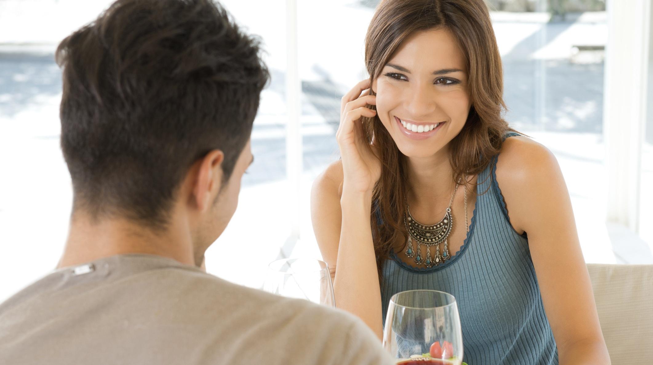 Манера разговаривать с мужчиной может стать сигналом к тому, чтобы понять сексуальное желание женщины
