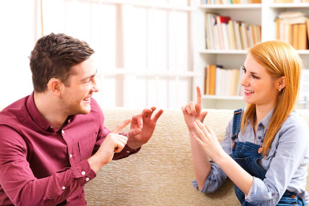 Выучить жестовый язык можно самостоятельно, но отрабатывать разговорные навыки лучше в процессе общения