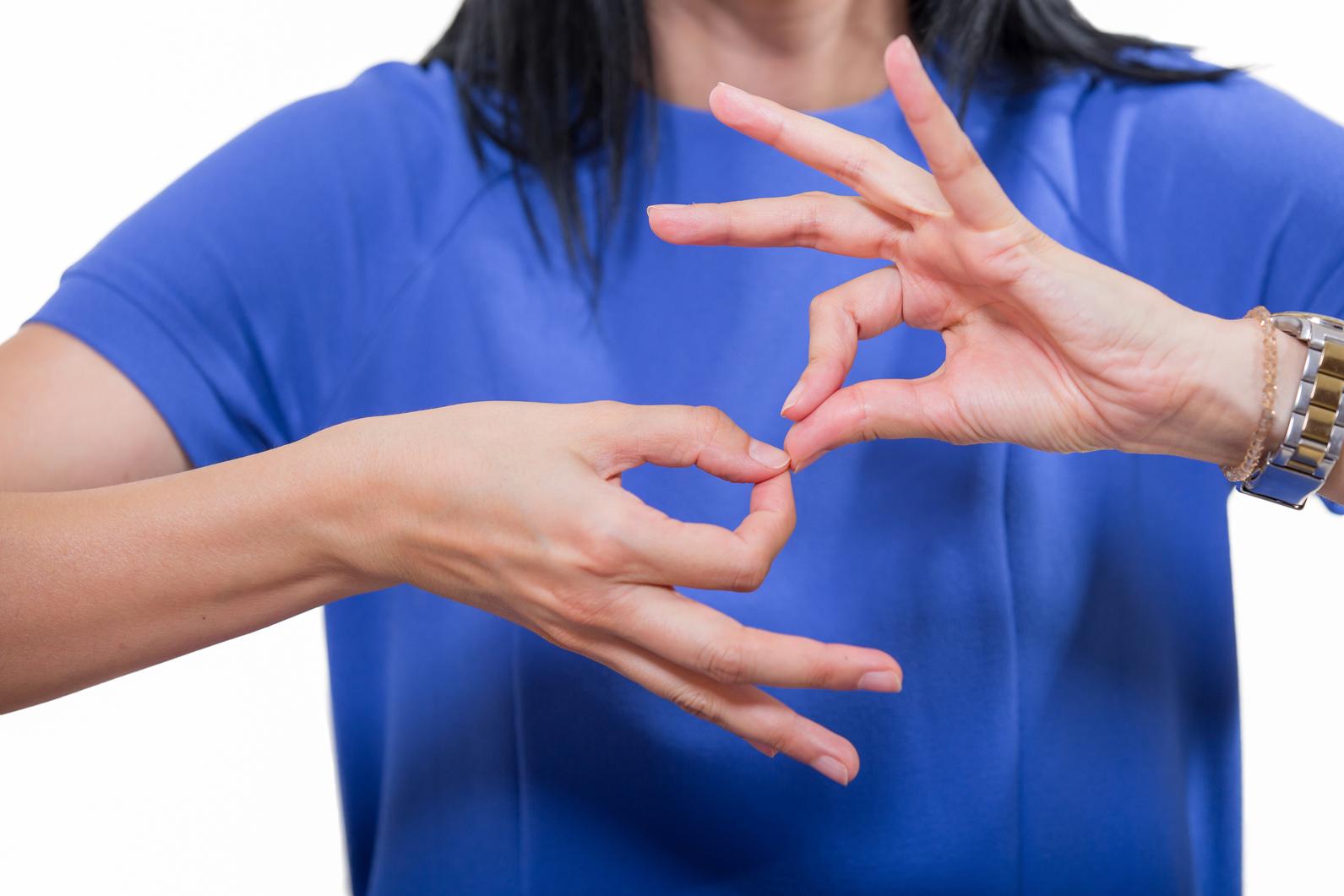Для освоения дактилологии важно понимать, что это ручной алфавит, для него главное – постановка пальцев