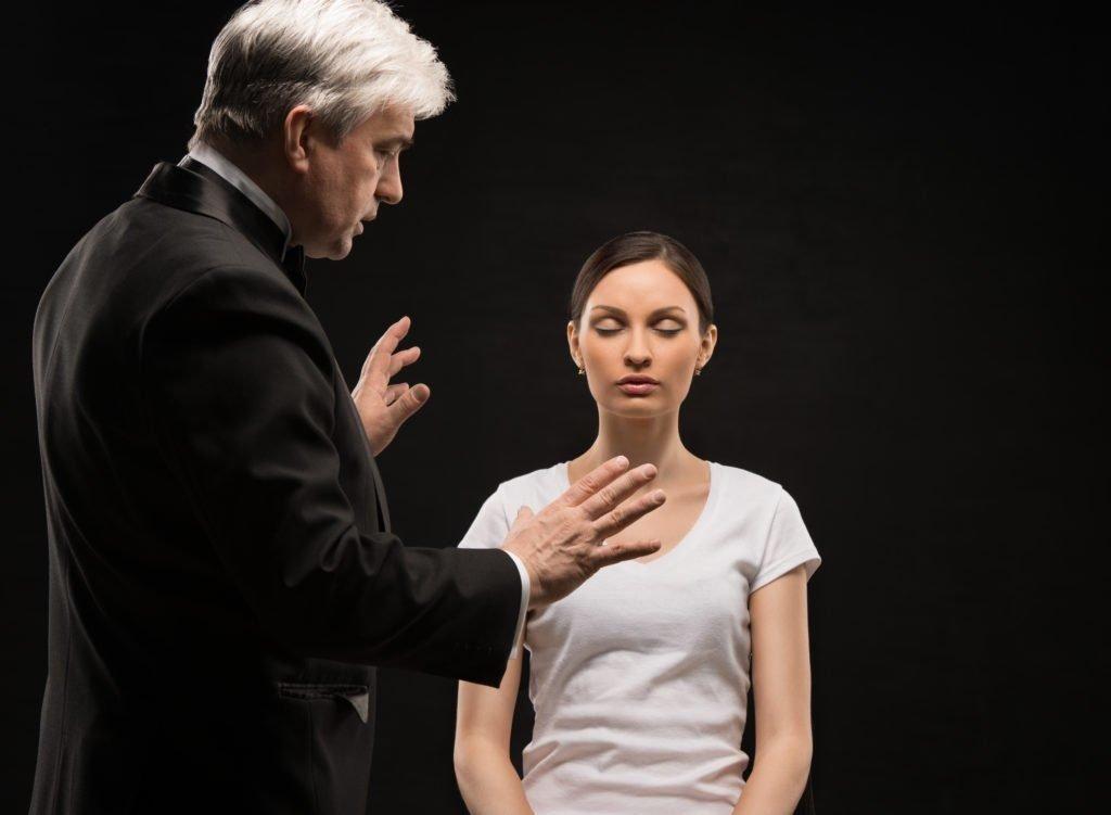 Сеансы гипноза может проводить только специалист, иначе можно только навредить больному