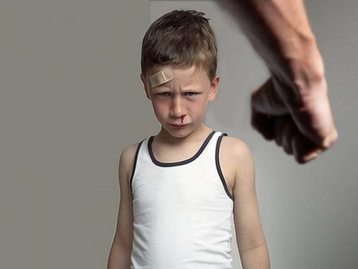 Родитель демонстрирует жестокое отношение к ребенку