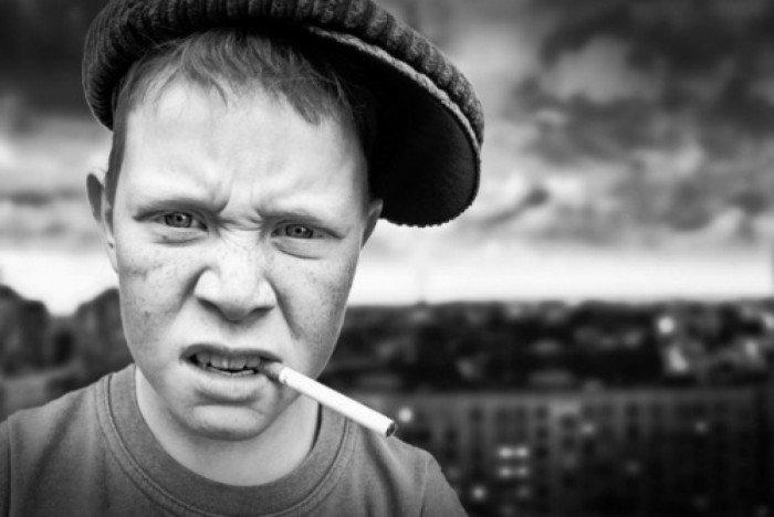 Девиантный подросток курит