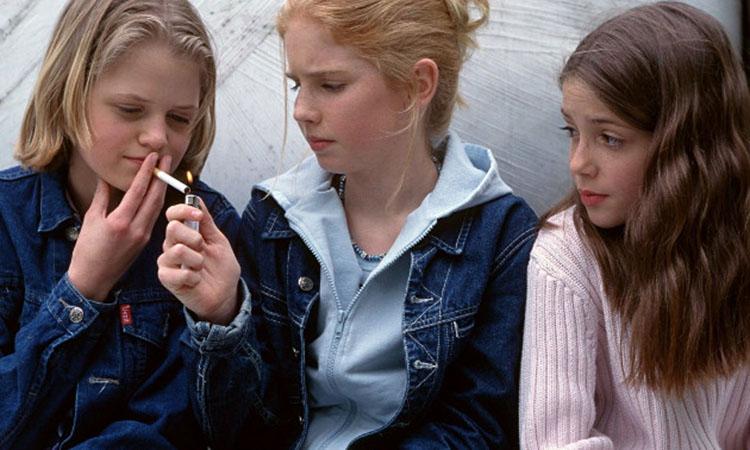 Девиантные подростки пробуют сигареты