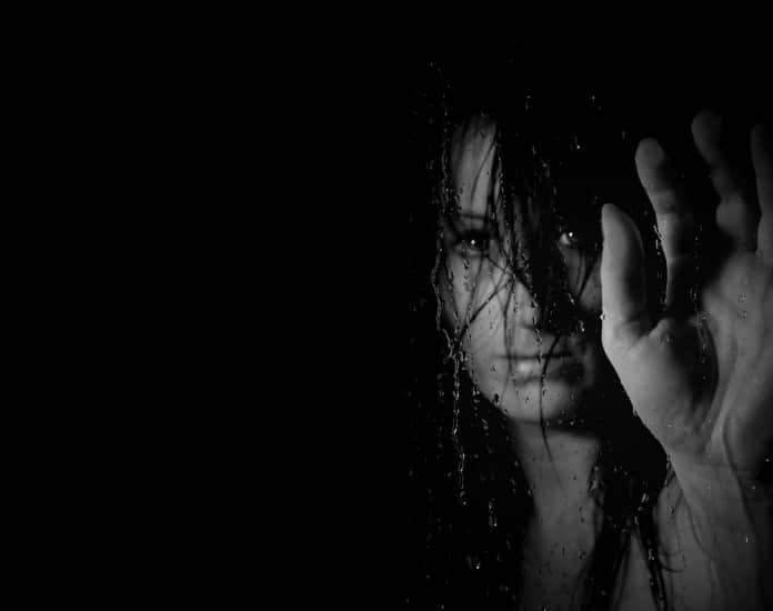 Женщина, переживающая домашнее насилие
