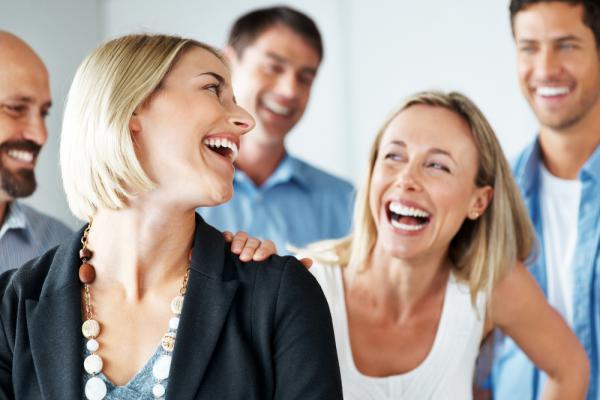 Самоироничные люди привлекают окружающих своим дружелюбием