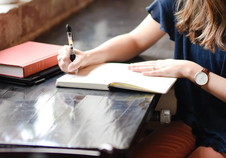 На первых этапах использования метода положительные мысли лучше многократно записывать