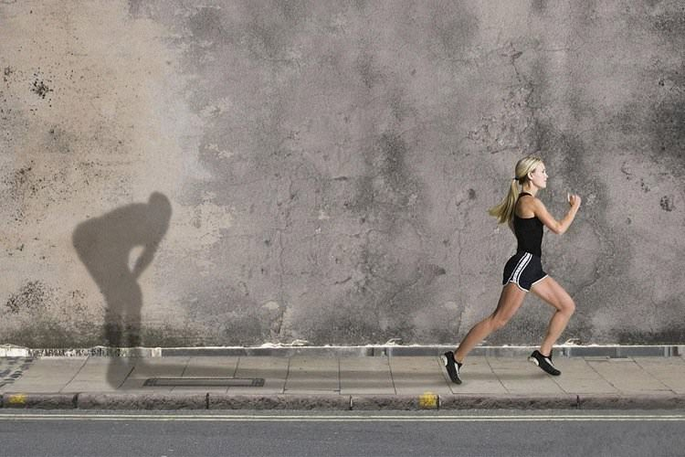 Девушка движется вперед, несмотря на усталость
