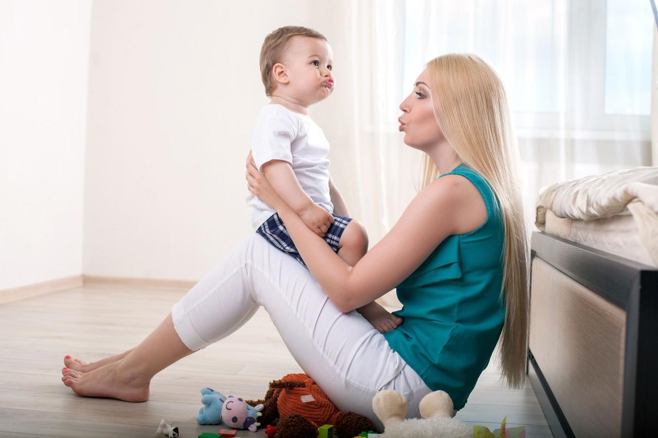 Мама учит ребенка говорить