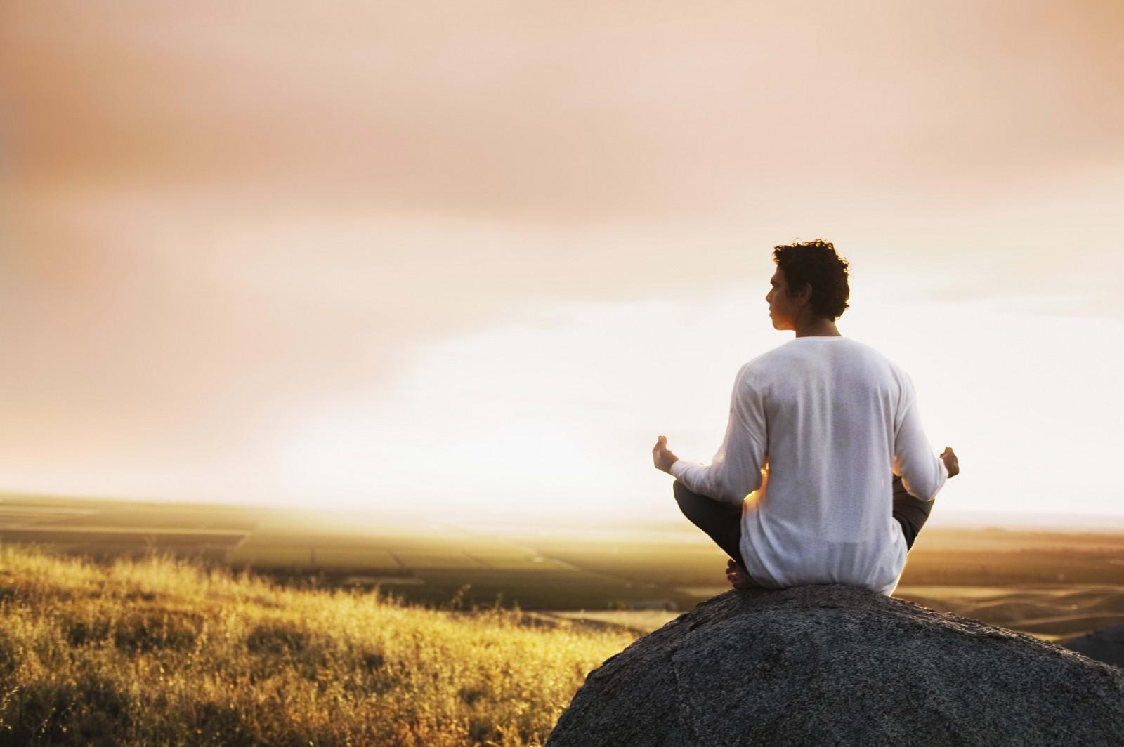 Человек может воспринимать себя, свою группу общения и незнакомое сообщество