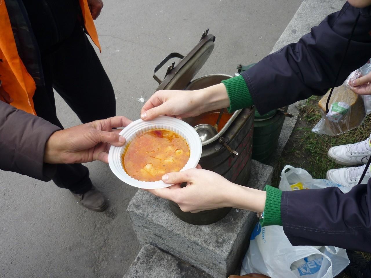 За кормление бездомных волонтеры не получают зарплату, но они испытывают моральное удовлетворение
