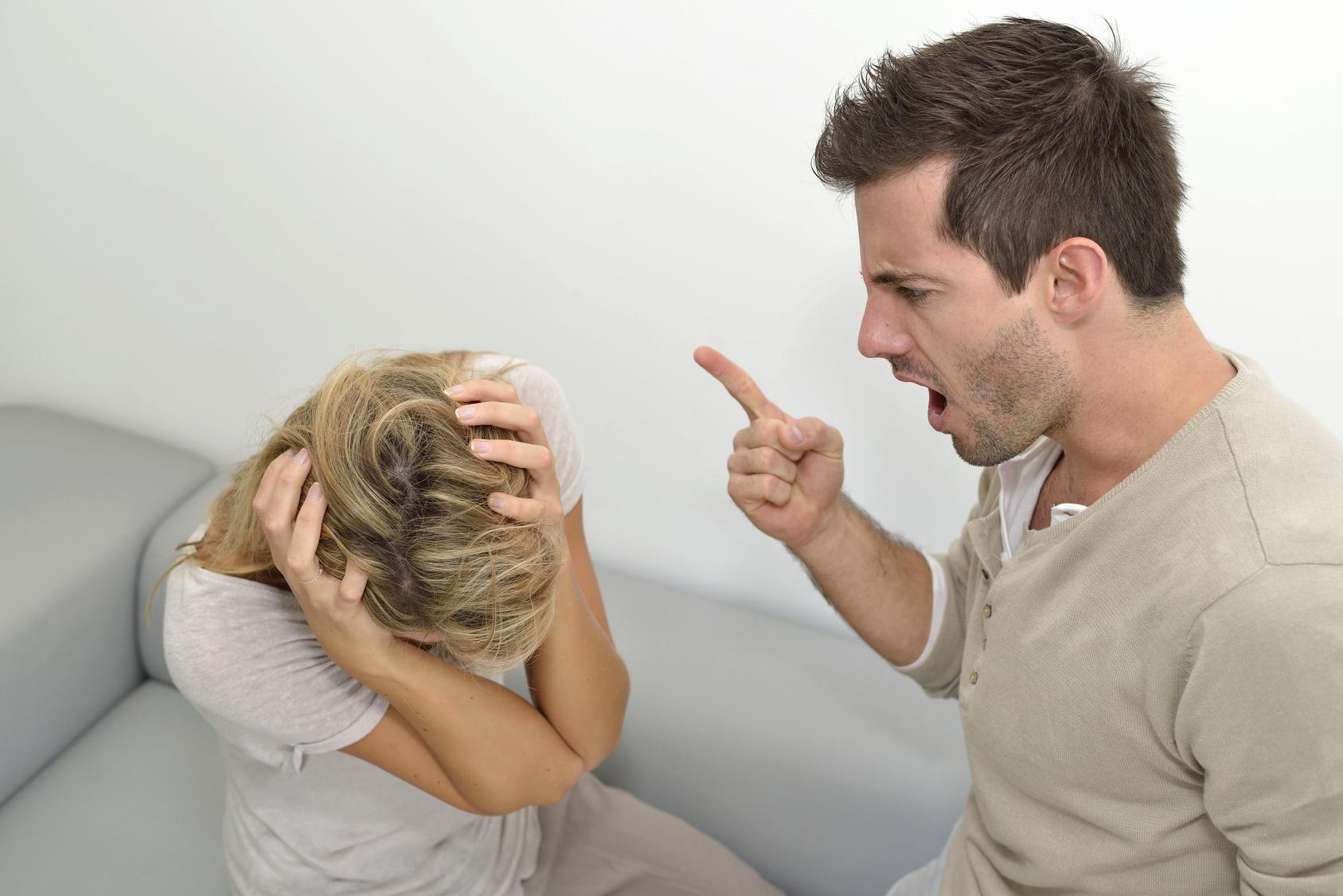 При манипуляциях спасатель становится агрессором, проявляет злость и физическое насилие